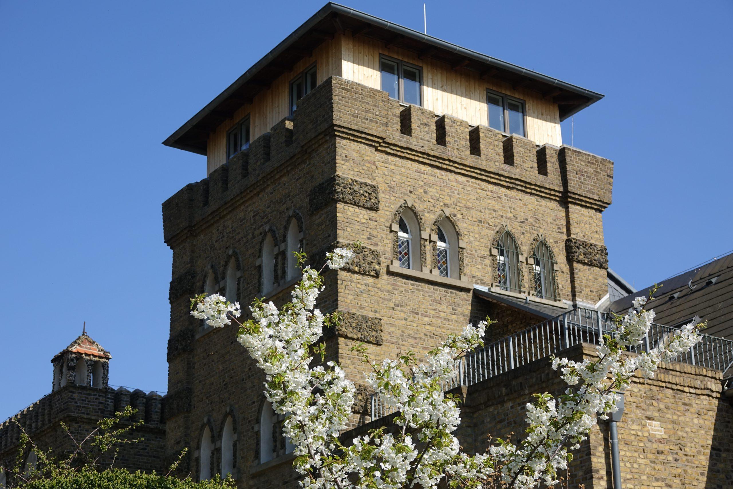 Die Nordwestseite des Burgturms mit renoviertem Burgturmaufsatz - Funkerebene