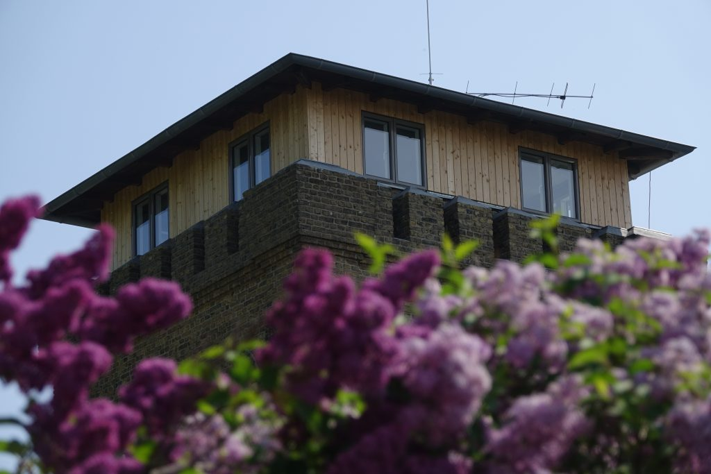 Frühlingsimpressionen Sanierter Burgturm mit Flieder